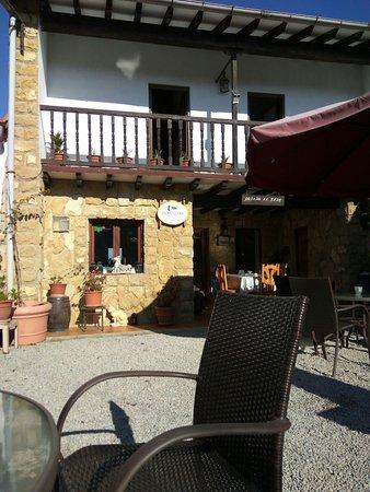 El Tejo, España: Ésta es la entrada de la posada, con zona de relax, estar...