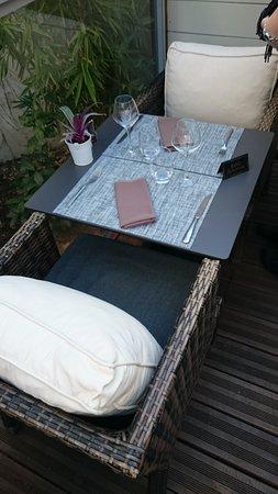table pour 2 avec des fauteuils tr 232 s confortables dans la v 233 randa picture of le jardin delice