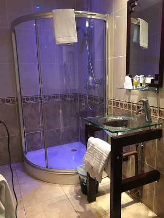 Home St-louis: Roomy shower