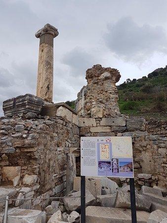 Baths of Varius: ซากโรงอาบน้ำ