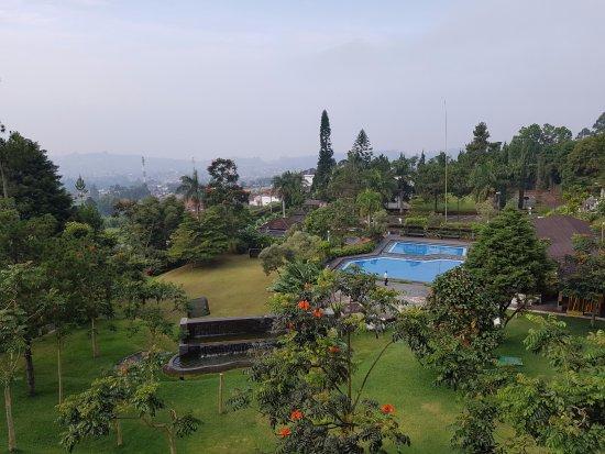 Lembang Asri: pemandangan dari tangga menuju roof hotel. sayang roof ditutup