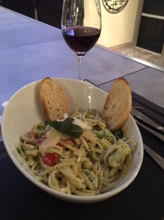 Brighton, Kanada: Pasta pesto linguine with a local Pinto Noir
