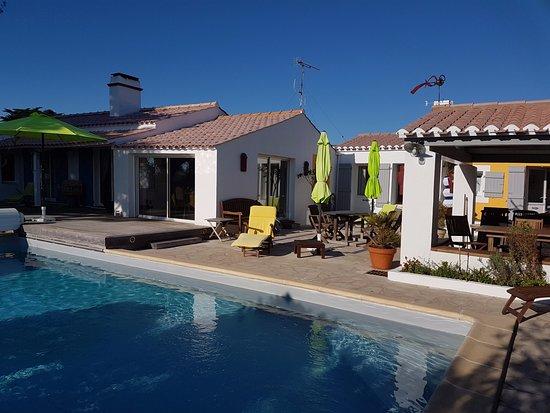 Piscine chauff terrasse et maison photo de les yeux for Meilleur chauffe piscine