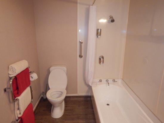 Lakefront Lodge: No bidet shower