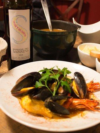 Carces, Francia: Marmite du pêcheur avec une bouteille de domaine de Sarrins!