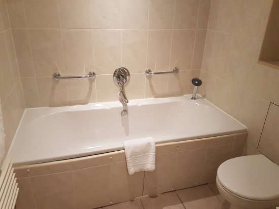 Tankersley, UK: Suite - large bath (can fit two small adults!)