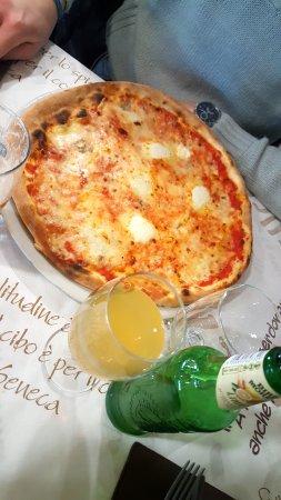 pizza 4 fromages et bi re italienne picture of la grotta ventimiglia tripadvisor. Black Bedroom Furniture Sets. Home Design Ideas