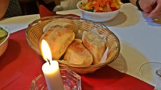 Wiernsheim, Alemania: sehr schmackhaftes Pizzabrot zu Salaten und Schafskäse