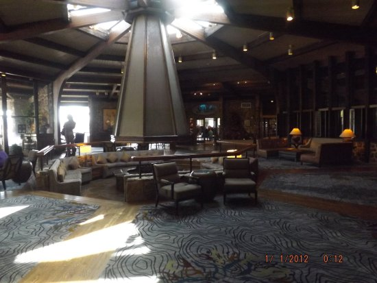 Lake Ozark, MO: This is the main lobby, it has a chess area off to the left.