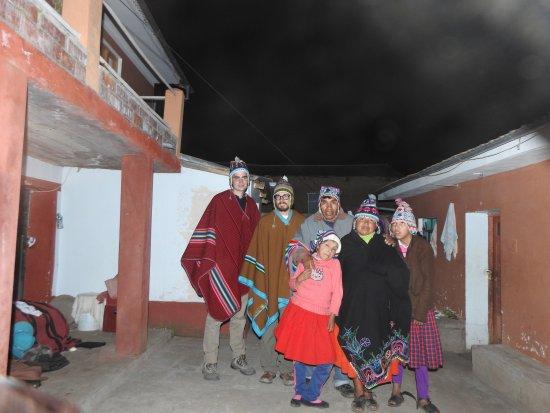 All Ways Travel: Familia en Amantani.