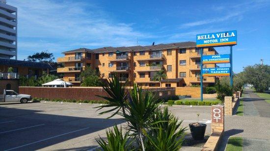 Bella Villa Motor Inn: Sing outside the motel.