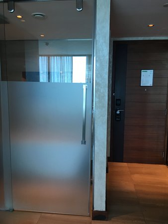 Fairmont Bab Al Bahr: Door is coming down and not closing completely