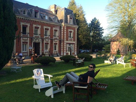 Chateau Corneille : Magnifique bâtisse très calme, jardin très agréable pour prendre l apéritif au soleil, et chambr