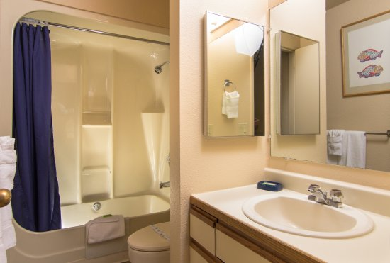 Wapato Point Resort: The bathrooms are big and clean with lots of towels