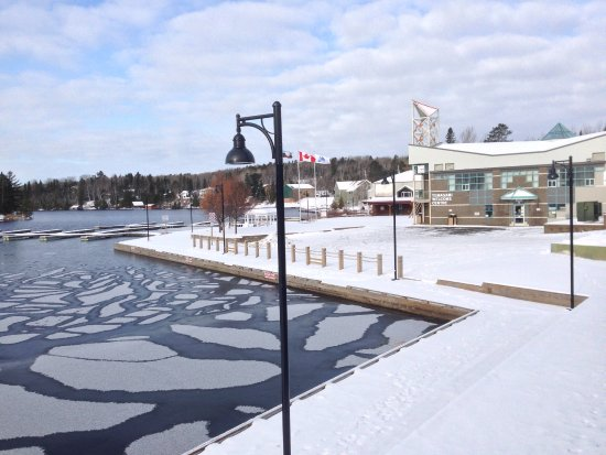 Temagami, Canada : The ice slowly forms. The end of one season and the beginning of a new one. The view from the pa
