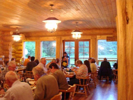 Gustavus, AK : Enjoying dinner