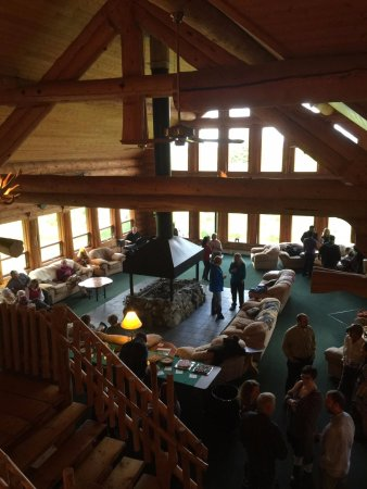 Glacier Bay's Bear Track Inn: Enjoying Jazz night it the Bear Track Inn lobby