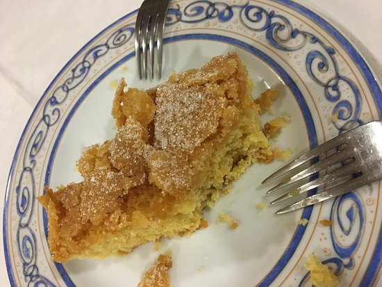 Castro Caldelas, España: El plato de cordero y el postre ya estaban comenzados cuando tomé la foto, pero querían estar ah