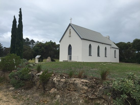 Robe Haven Motel : Little church on the rise opposite