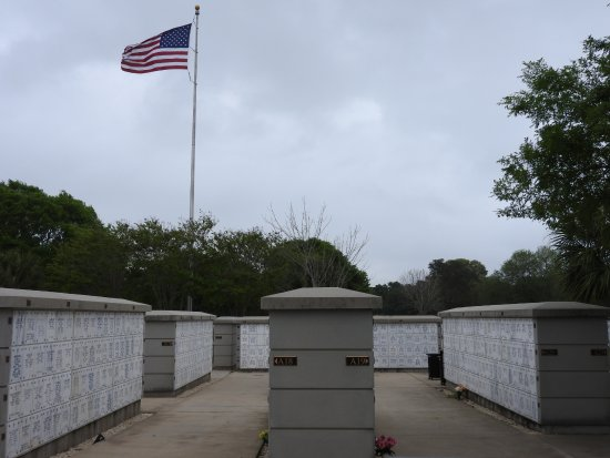 Barrancas National Cemetery : a rainy day to visit a tribute