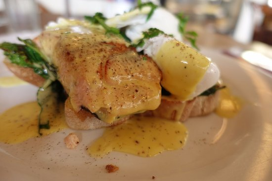 Devonport, Новая Зеландия: Eggs Benedict with Salmon - it hit the spot perfectly!