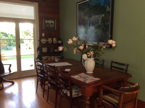 Eden Villa Bed & Breakfast: Breakfast table in kitchen with view of garden
