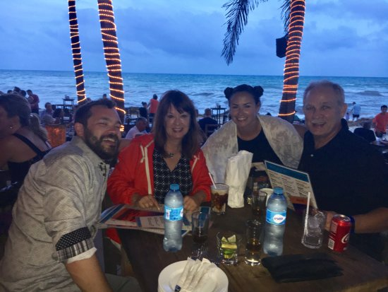 Zenzi Beach Bar & Restaurant: Having a great time at Zenzi