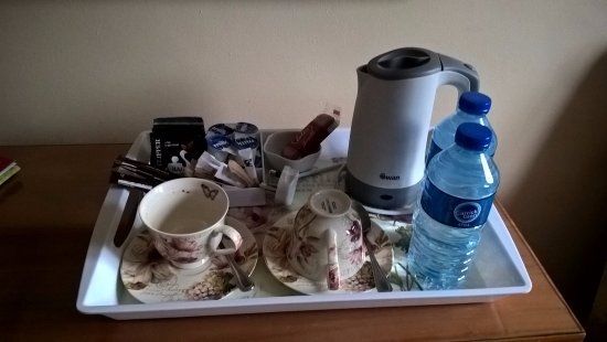Dromard House Bed & Breakfast: Complimentary Tea/Coffee and Water in the Bedroom
