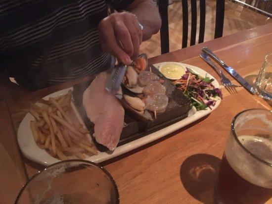 Whangaparaoa, Nya Zeeland: Stone grill dining