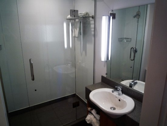 Kingsgate Hotel Autolodge Paihia: Spacious bathroom/toilet.