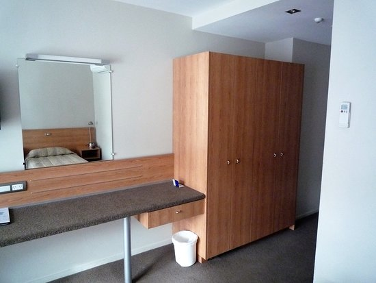 Kingsgate Hotel Autolodge Paihia: Good case area and wardrobe.