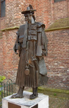 De Rijp, The Netherlands: the statue aoutside the church