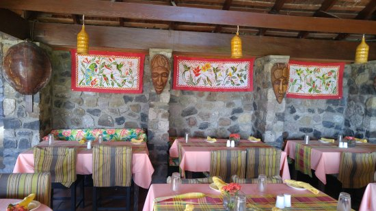 Humming Bird: Open air restaurant and decor