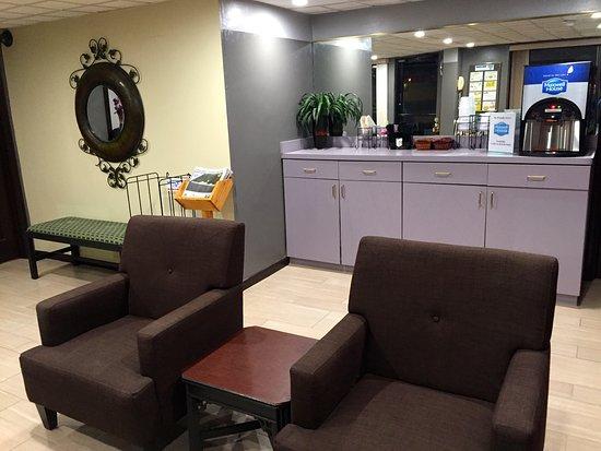 Elizabeth City, NC: Lobby/Coffee Bar Area