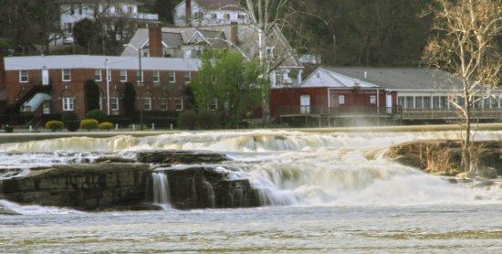Glen Ferris, Virginie-Occidentale : View of the Inn from the Park near Falls