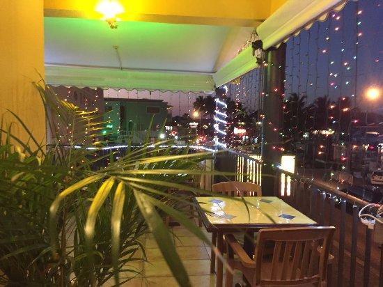 Bombay Bites Indian Restaurant: Outdoor Seating