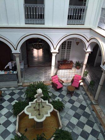 Simon Hotel: Le patio autour duquel sont les chambres !!