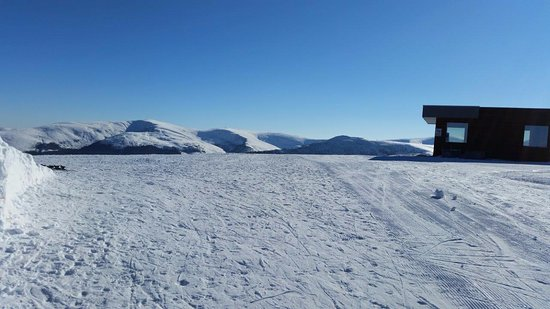 Obarsia Lotrului, Roumanie : top of ski lift with Mountain rescue cabin