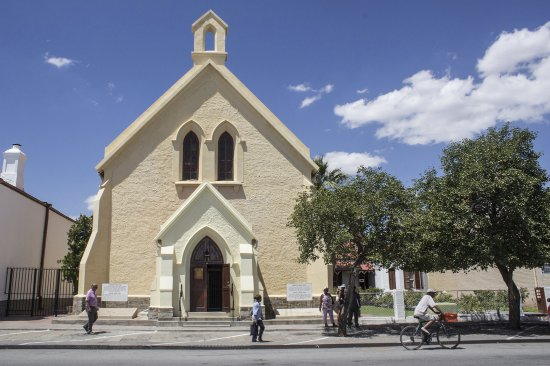 Beaufort West, Sydafrika: The Dutch Reformed Church alongside Dr Chris Barnard's family home