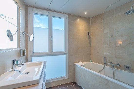 Chambre deluxe au calme c t cour picture of doisy etoile hotel paris t - Fenetre salle de bain ...