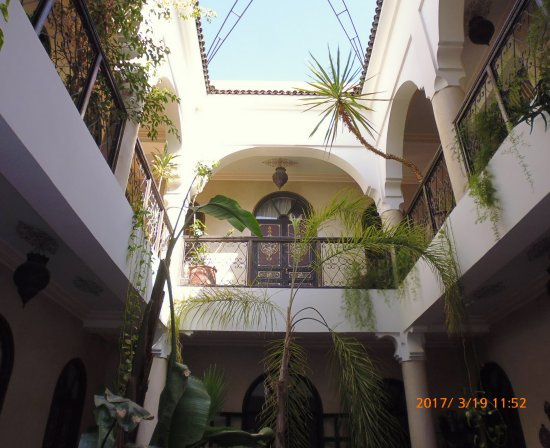 Riad Bamaga Hotel: Looking up from ground floor