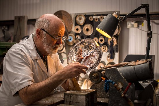 Ring, Irlanda: Eamonn Terry, Criostal na Rinne Master Craftsman cutting the shamrock bowl