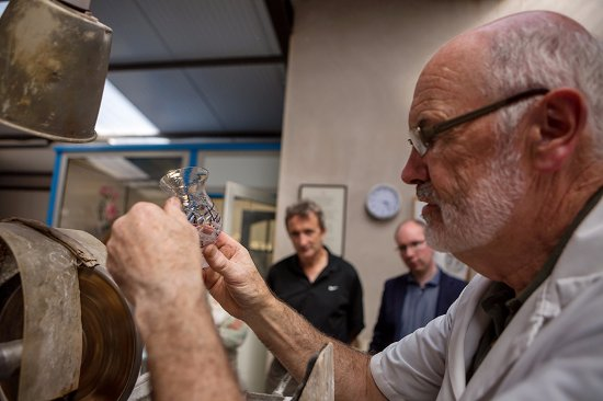 Ring, Irlandia: Eamonn explains to visitors how he handcuts a Criostal na Rinne whiskey tasting glass.