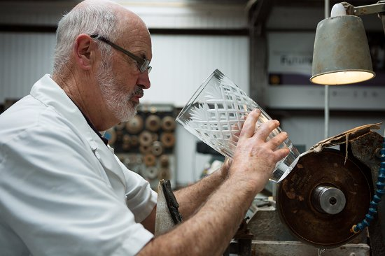 Ring, Irlandia: Eamonn Terry, Master Craftsman at Criostal na Rinne, handcuts a crystal vase.