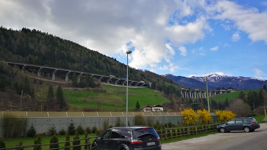 Hotel Ristorante Schaurhof : Blick vom Parkplatz zur Autobahn die uns nicht gestört hat