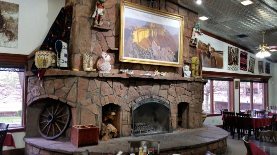 Cameron Trading Post Grand Canyon Hotel: We've seen this fireplace used in the Winter.