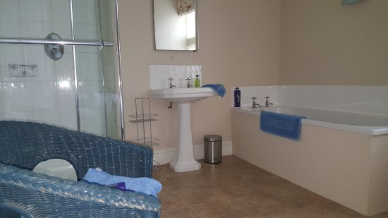 Much Wenlock, UK: Ensuite bathroom to double bedroom