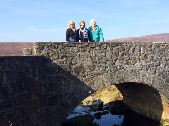"County Meath, Irlanda: Marilyn, Gail and Sheila in Wicklow Mountains on ""PS I Love You"" bridge"