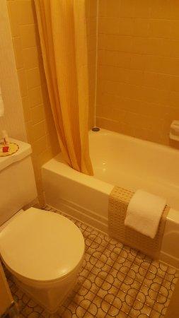 Days Inn by Wyndham Lexington: Bathroom