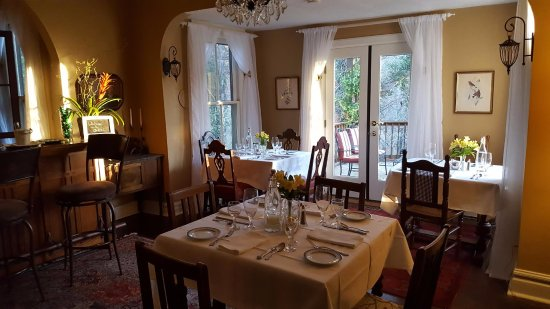 The Oaks Bed & Breakfast: Dining room ready for breakfast!